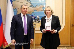 В.А. Константинов вручает Государственную премию РК Т.Н. Смекаловой.