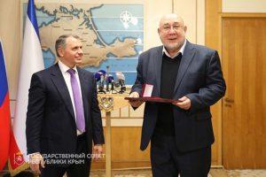 В.А. Константинов вручает Государственную премию РК С.Г. Колтухову
