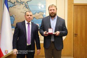 В.А. Константинов вручает Государственную премию РК Ю.П. Зайцеву